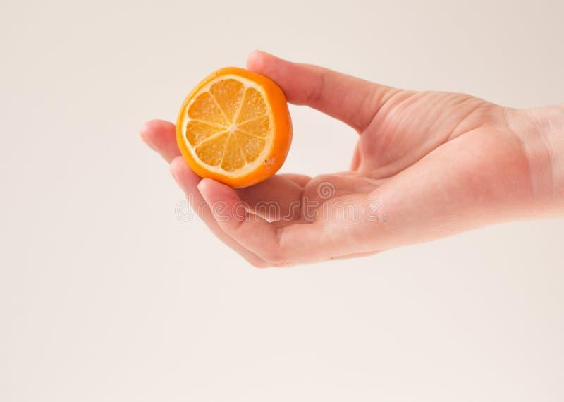 mulher segura limão em branco para cuidados de pele, spa e cosméticos naturais em casa Mockup, espaço de cópia imagens de stock royalty free