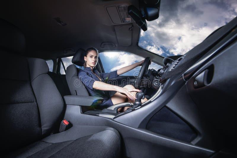 Mulher segura que conduz um carro imagens de stock royalty free