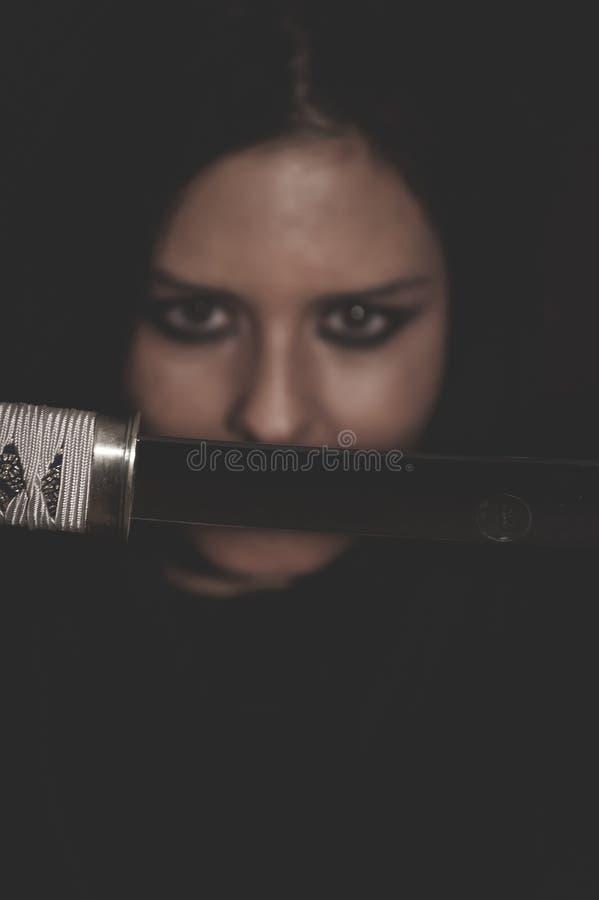 Mulher selvagem do guerreiro com a espada do cabelo preto e do ferro fotos de stock