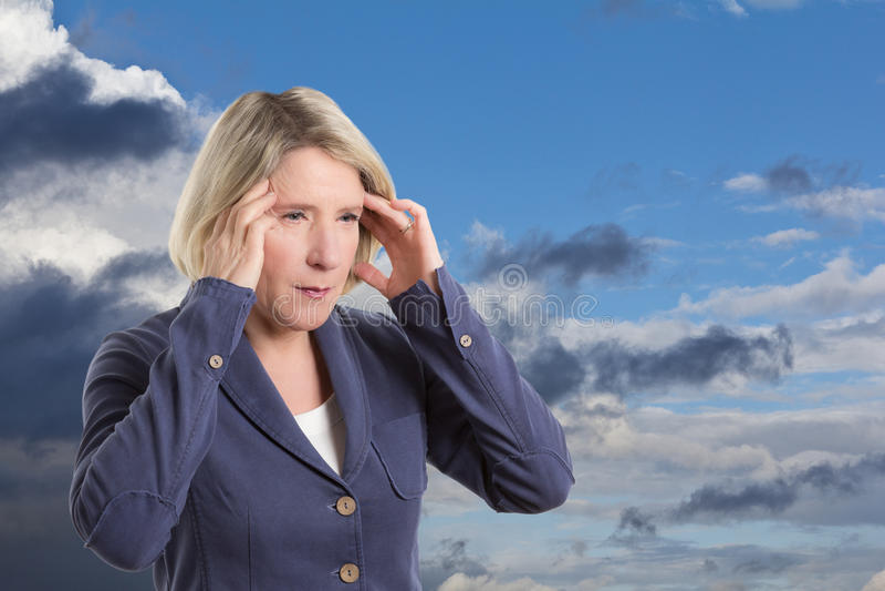 Mulher sensível do tempo com dor de cabeça fotos de stock