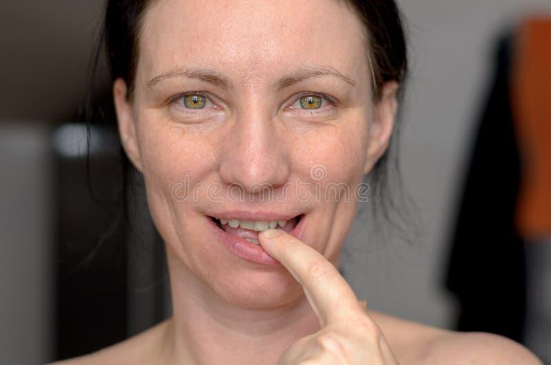 Mulher sensual atrativa com o dedo a seus bordos imagem de stock royalty free