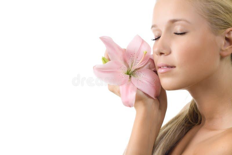 Mulher sensual bonita com o lírio cor-de-rosa isolado imagem de stock royalty free