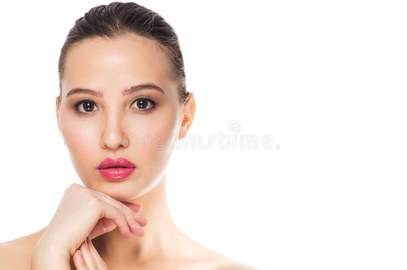 Mulher sensual bonita com pele limpa fresca da cara no fundo branco, espaço da cópia foto de stock royalty free