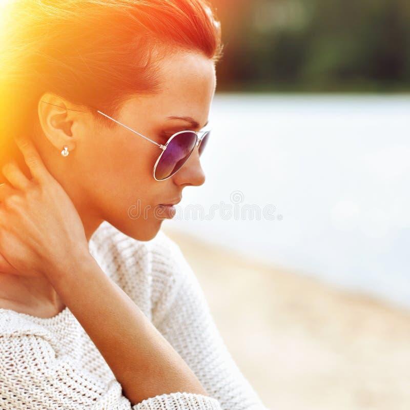 Mulher sensual bonita da forma nos óculos de sol PNF colorido foto de stock royalty free