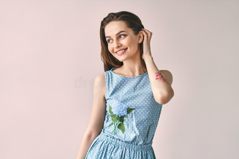 Mulher sensual bonita no vestido do às bolinhas que levanta no estúdio fotos de stock royalty free