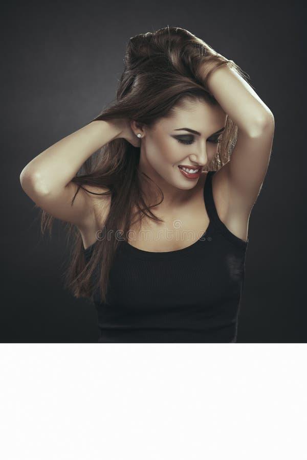 Mulher sensual, cabelo longo, quadro de avisos branco foto de stock royalty free