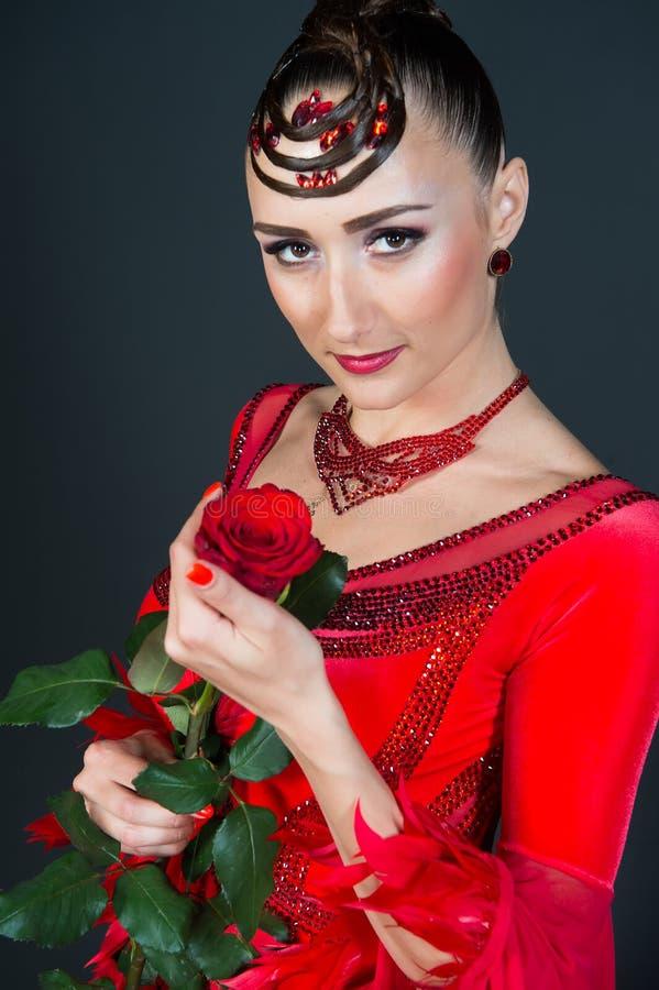 A mulher sensual com aumentou no fundo escuro fotografia de stock royalty free