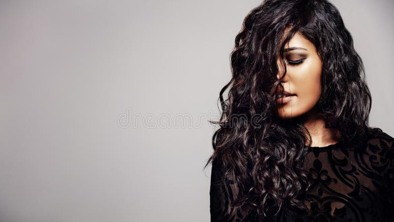 Mulher sensual com cabelo encaracolado brilhante fotografia de stock