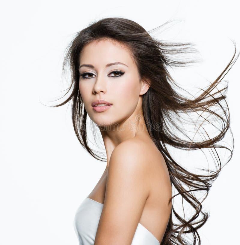Mulher sensual com cabelos marrons longos bonitos fotografia de stock royalty free