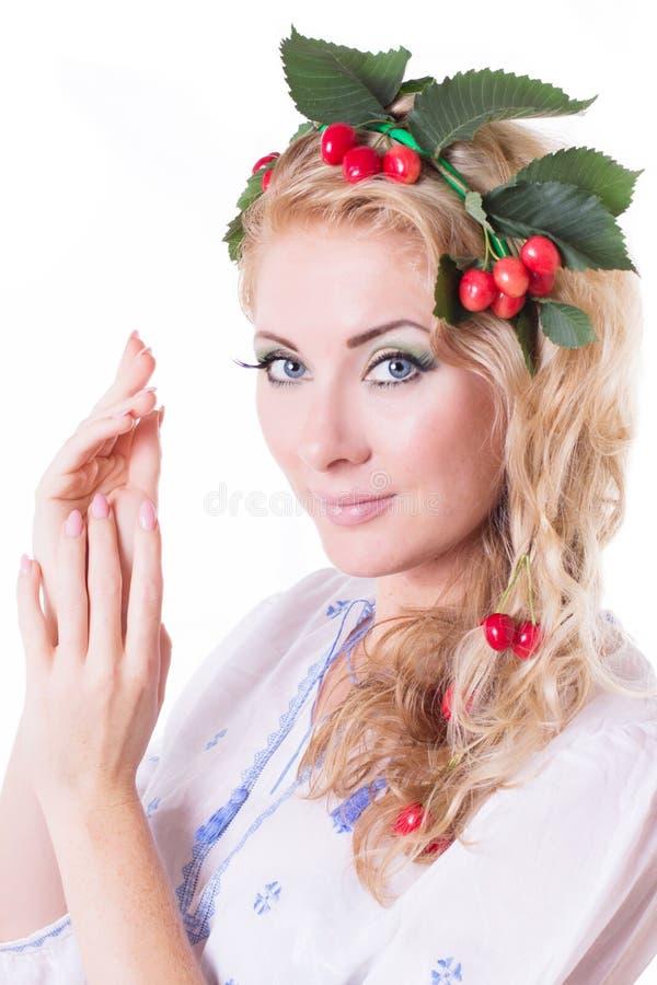 Mulher sensual com a grinalda da cereja e das folhas fotos de stock