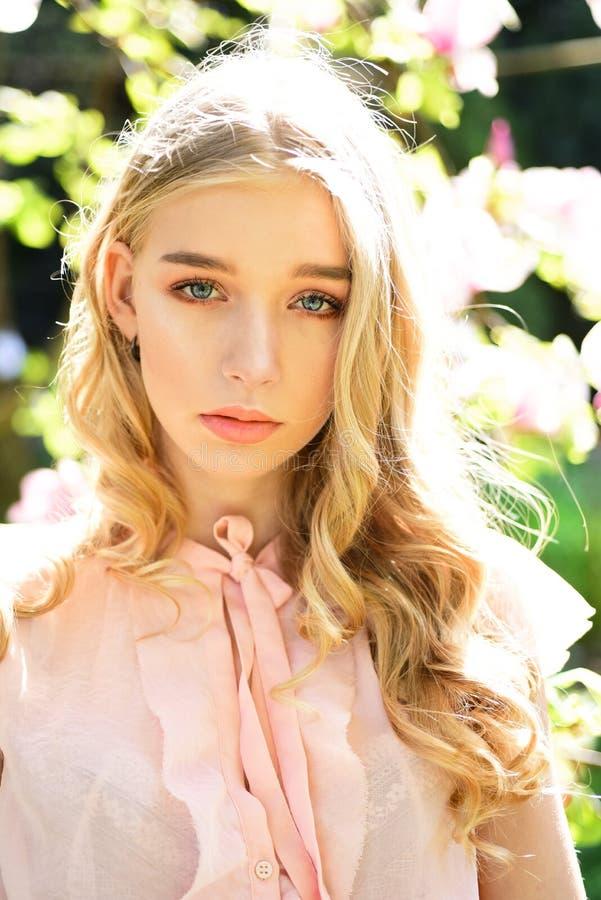 Mulher sensual com a magnólia na mola mulher sensual na flor cor-de-rosa da magnólia na luz solar foto de stock royalty free