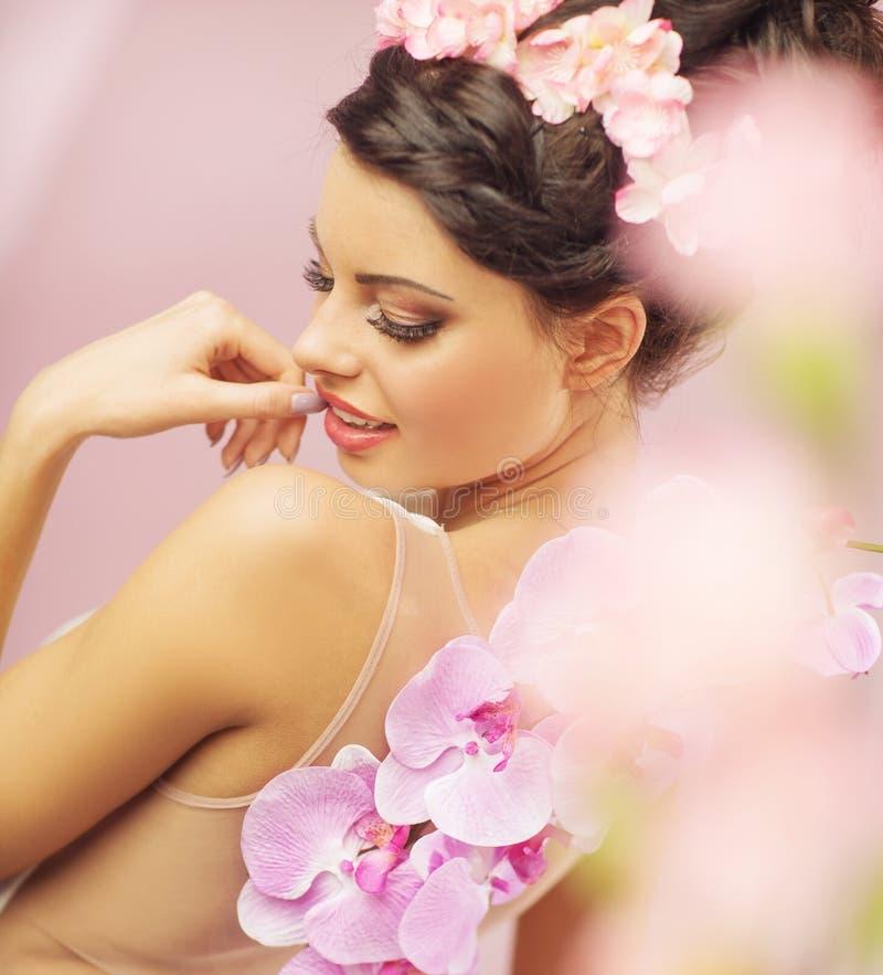 Mulher sensual com penteado extravagante foto de stock