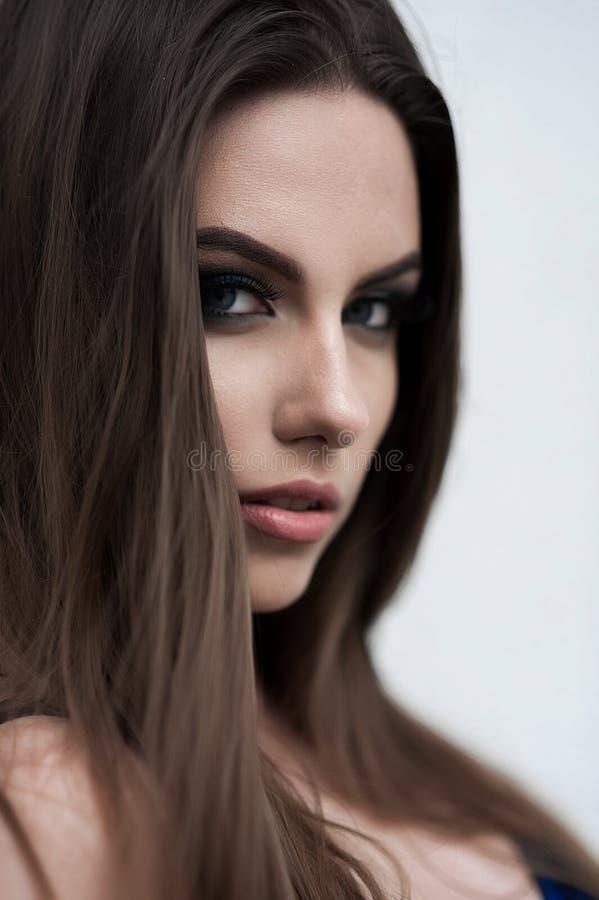 Mulher sensual da forma nova bonita da rua que levanta fora do Dr. fotografia de stock royalty free