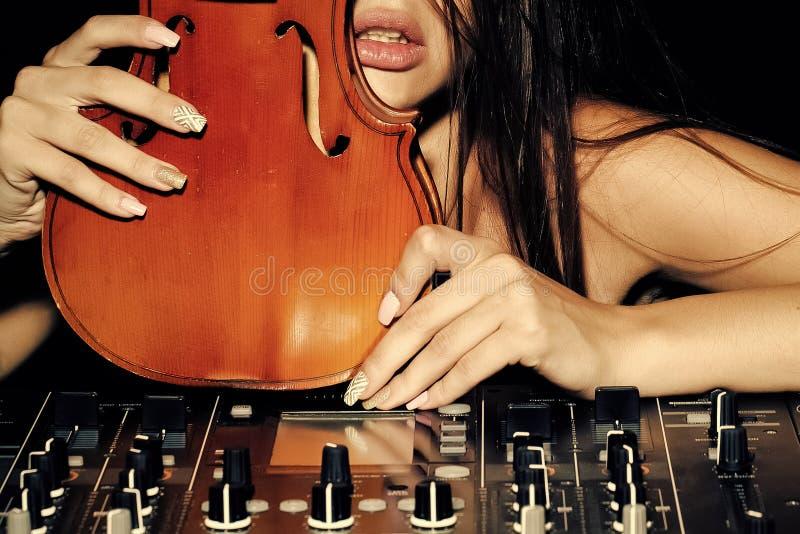 Mulher sensual do DJ com violino fotografia de stock