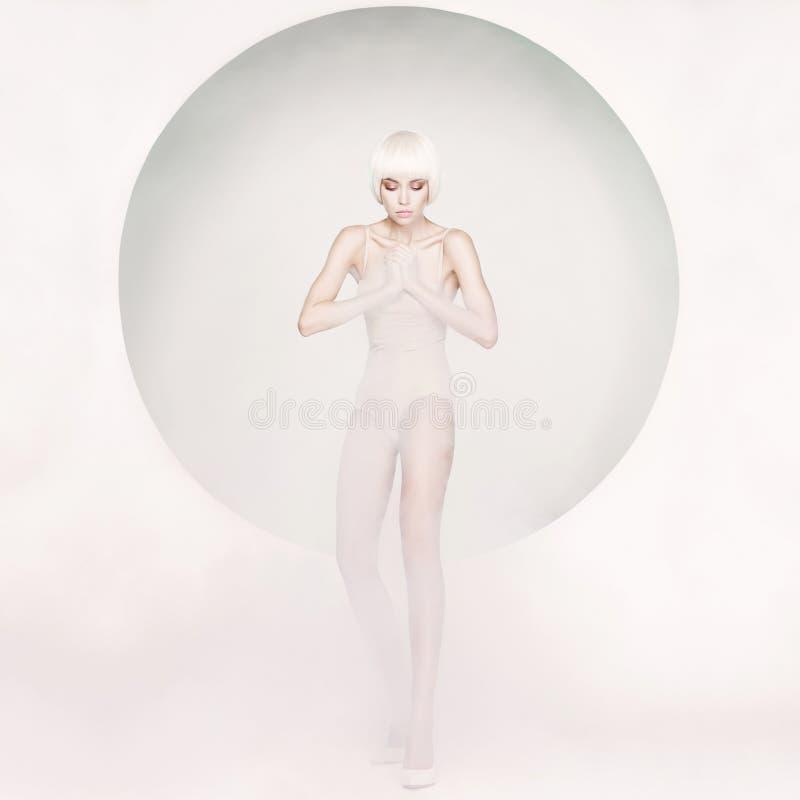 Mulher sensual elegante no fundo geométrico fotos de stock