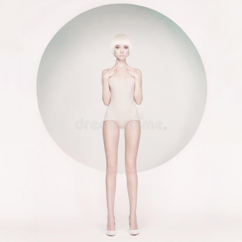 Mulher sensual elegante no fundo geométrico foto de stock royalty free