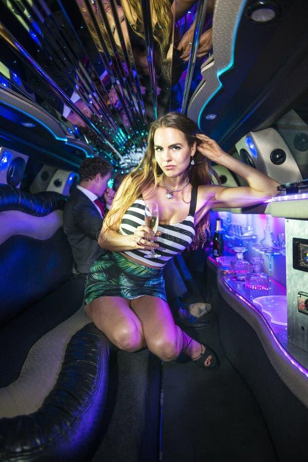 Mulher sensual em uma limusina fotografia de stock royalty free