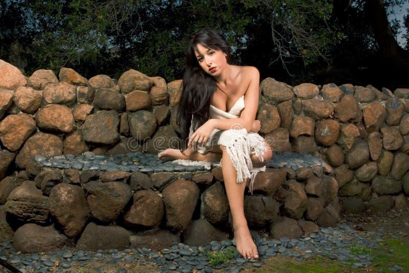 Mulher sensual envolvida no lenço ao ar livre no jardim fotos de stock
