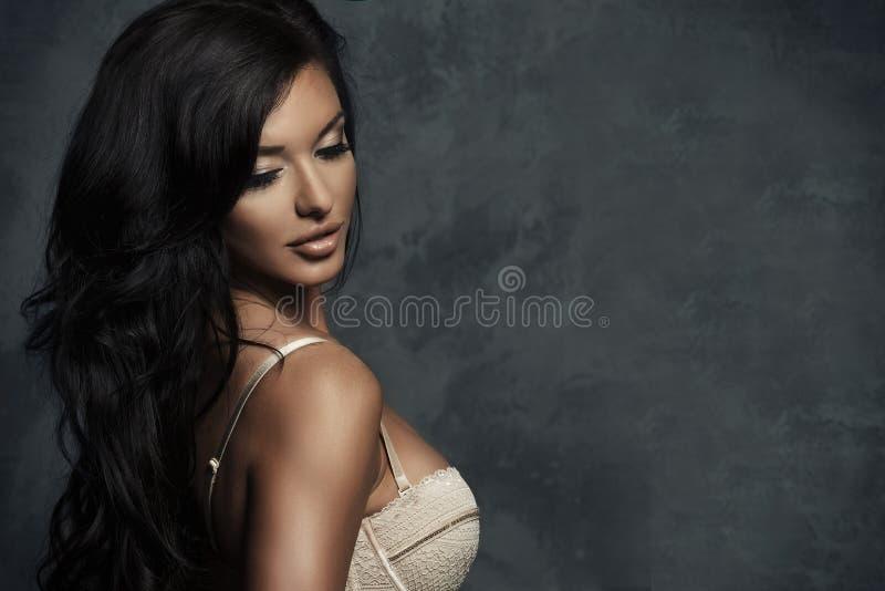 Mulher sensual moreno nova elegante imagem de stock royalty free