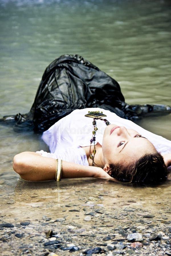 Mulher sensual na água imagens de stock royalty free