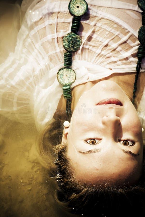 Mulher sensual na água fotografia de stock