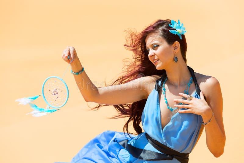 Mulher sensual no dreamcatcher de vista azul fotografia de stock royalty free