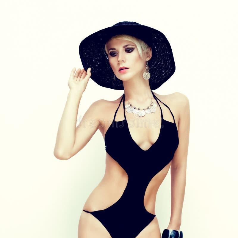 Mulher sensual no roupa de banho elegante fotos de stock royalty free