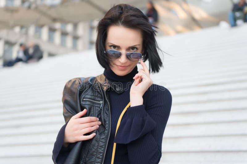 Mulher sensual nos óculos de sol em escadas em Paris, france, beleza Mulher com cabelo moreno na roupa preta, forma Ambição, chal fotos de stock