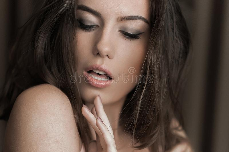 Mulher sensual que levanta na roupa interior Aperfeiçoe o corpo magro Cabelo longo fotos de stock