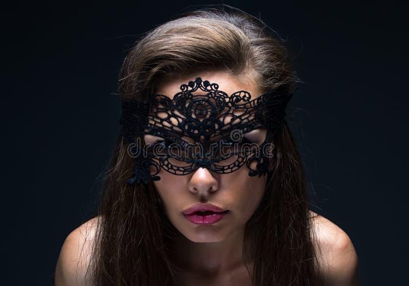 Mulher sexual na máscara do laço fotografia de stock