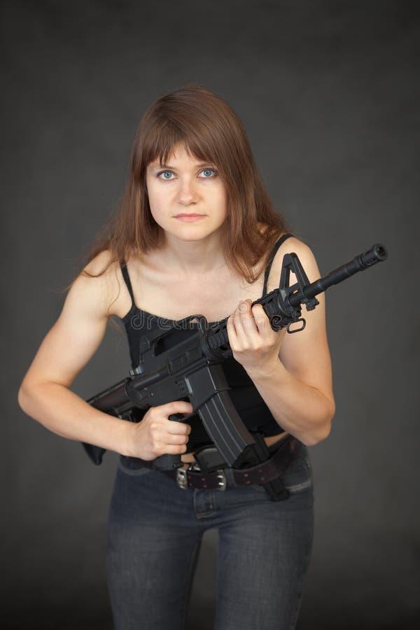 A mulher sexual nova bonita com um rifle fotos de stock royalty free
