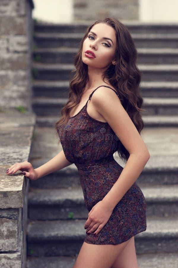 Mulher 'sexy' à moda no vestido do verão fotografia de stock