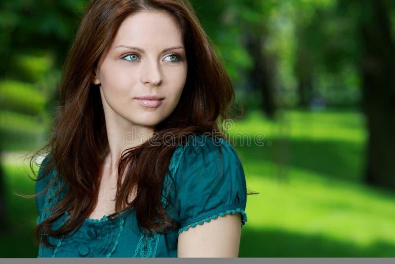 Mulher 'sexy' ao ar livre com o vestido colorido agradável imagens de stock royalty free