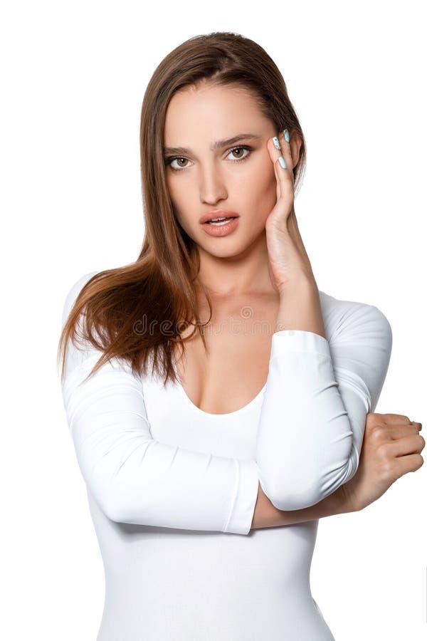 Mulher 'sexy' bonita com corpo perfeito no bodysuit branco fotos de stock royalty free