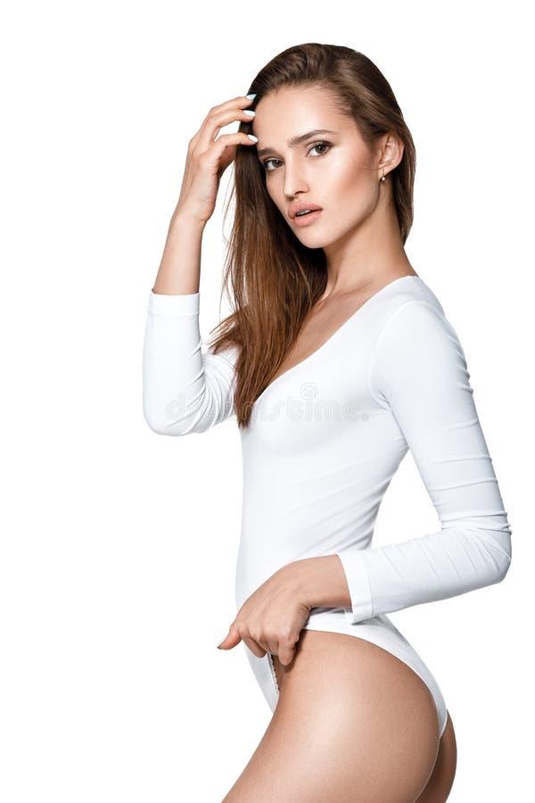 Mulher 'sexy' bonita com corpo perfeito no bodysuit branco fotos de stock