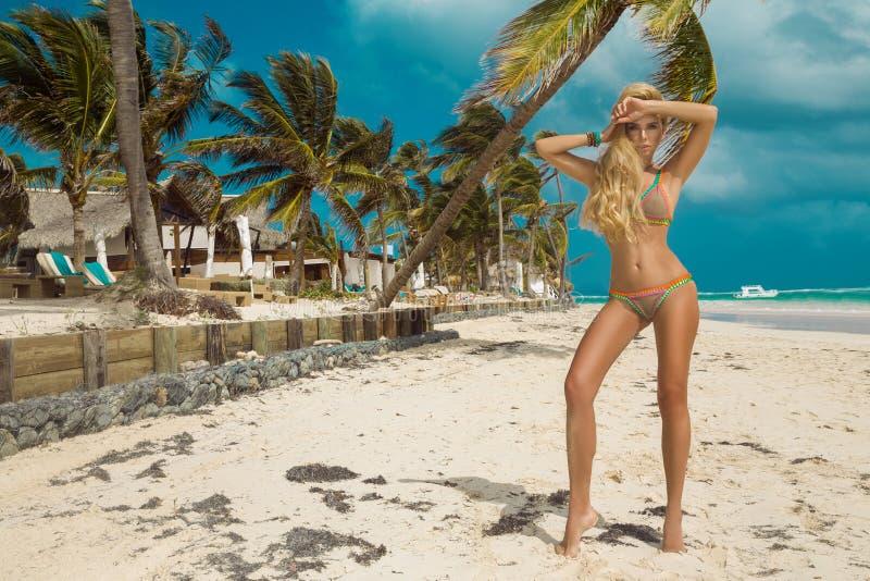 Mulher 'sexy' bonita do biquini, levantando na praia das cara?bas fotos de stock