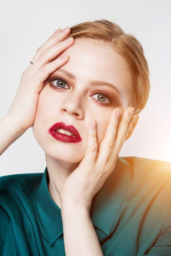 A mulher 'sexy' bonita do ruivo mostra a composição Menina sensual, fim acima imagem de stock