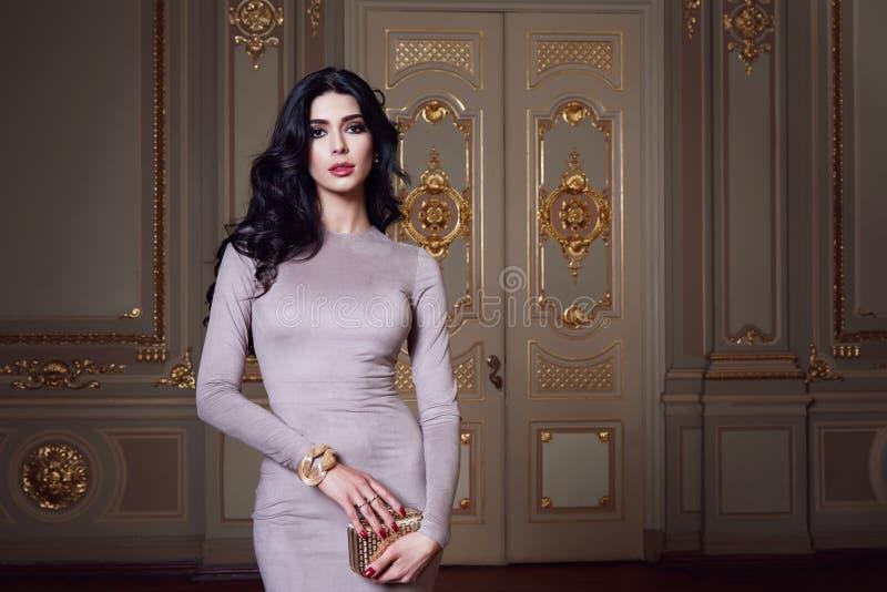 A mulher 'sexy' bonita na coleção elegante do outono do vestido elegante da composição moreno longa do cabelo da mola bronzeou-se fotografia de stock royalty free