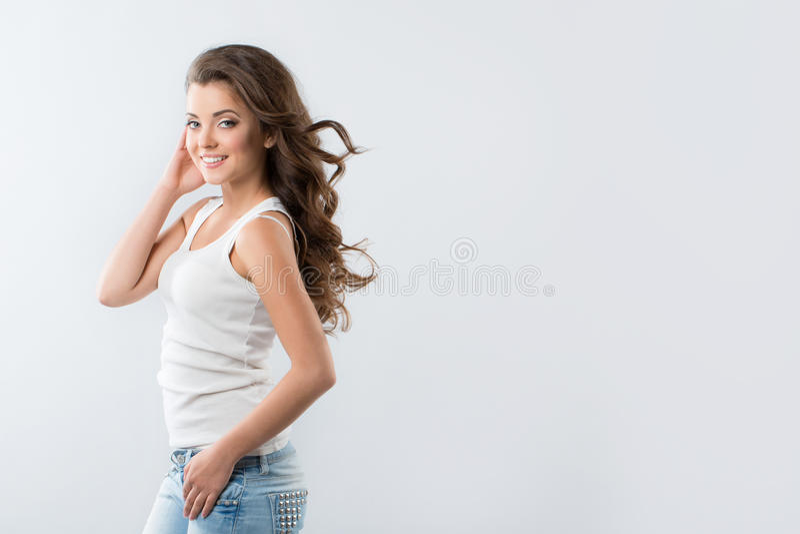 Mulher 'sexy' bonita nas calças de brim e em um t-shirt imagens de stock
