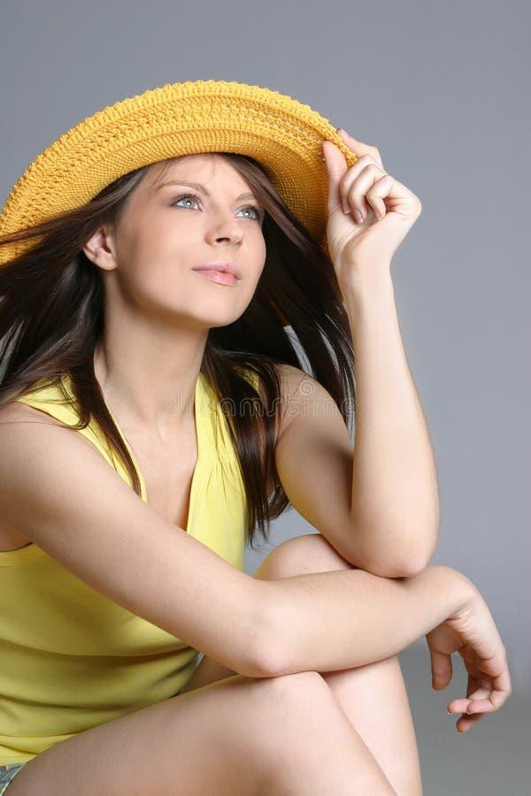 Mulher 'sexy' bonita no chapéu amarelo fotografia de stock royalty free