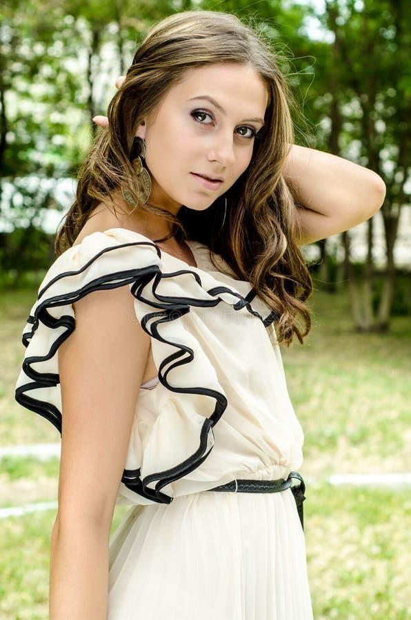 Mulher 'sexy' bonita nova ao ar livre fotos de stock royalty free