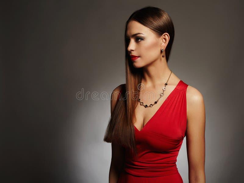 Mulher 'sexy' bonita nova Menina da beleza com corpo perfeito no vestido vermelho fotos de stock royalty free