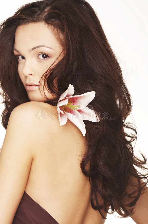 Mulher 'sexy' com as flores brancas brilhantes. foto de stock