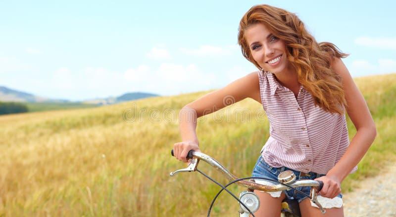 Mulher 'sexy' com bicicleta imagens de stock