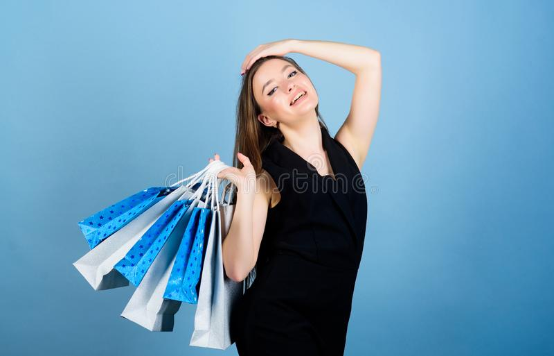 mulher 'sexy' com cabelo longo na compra Saco de compra Venda grande pacote sensual da compra da posse da mulher F?rma e beleza fotografia de stock royalty free