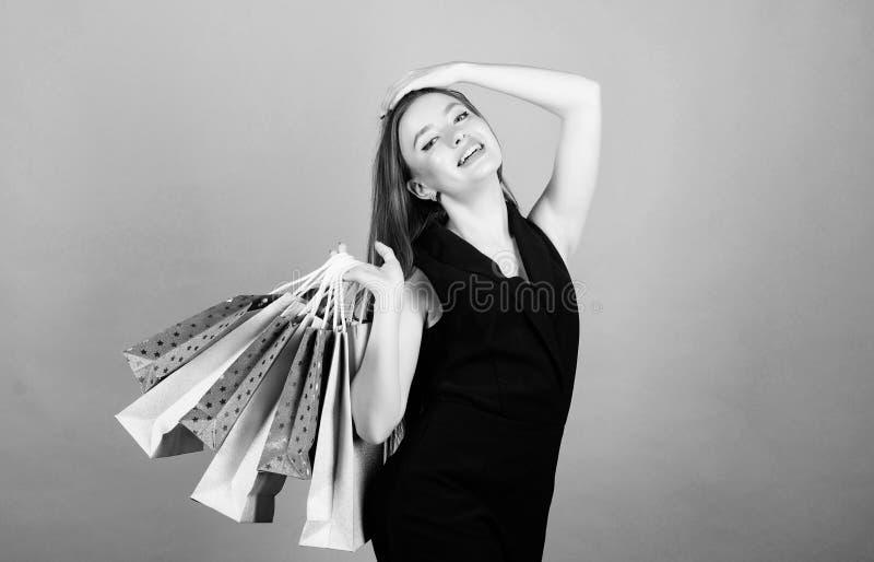 mulher 'sexy' com cabelo longo na compra Saco de compra Venda grande pacote sensual da compra da posse da mulher F?rma e beleza fotografia de stock