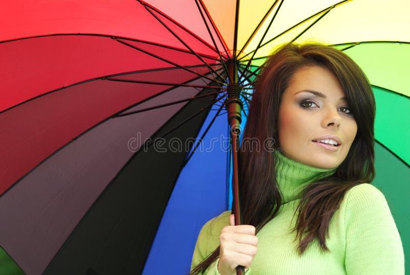 Mulher 'sexy' com guarda-chuva colorido foto de stock