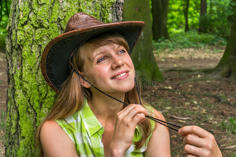 Mulher 'sexy' com o chapéu de vaqueiro no parque fotografia de stock