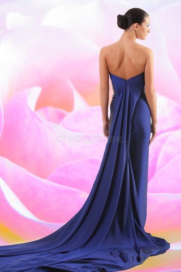 mulher 'sexy' com o vestido longo azul fotografia de stock royalty free