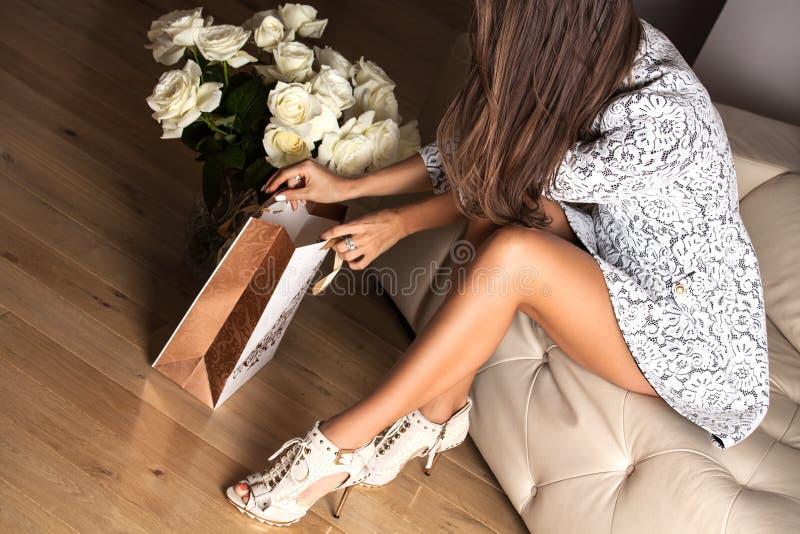 Mulher 'sexy' com presente imagem de stock